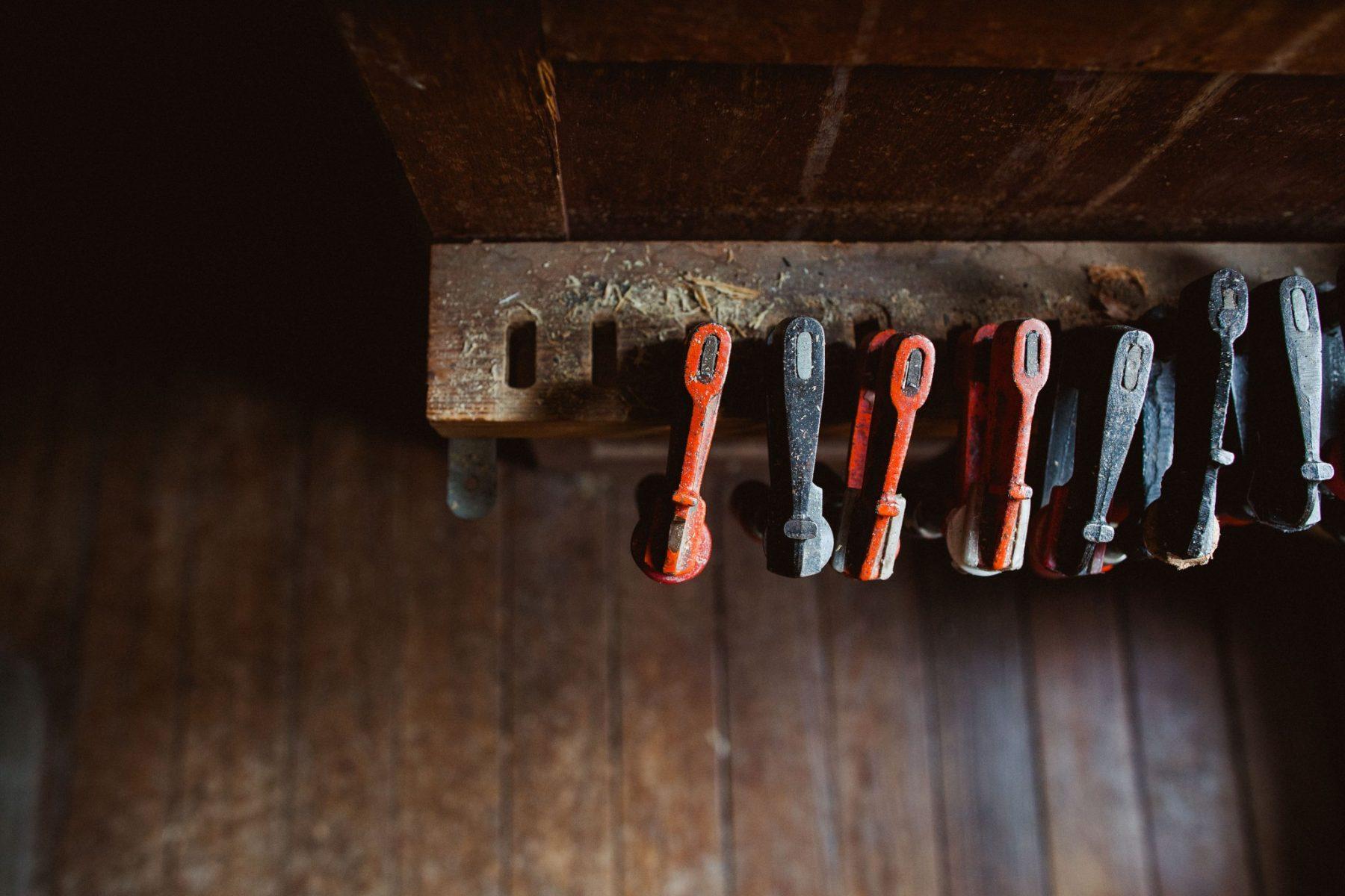 Outils dans un atelier, serre-joints