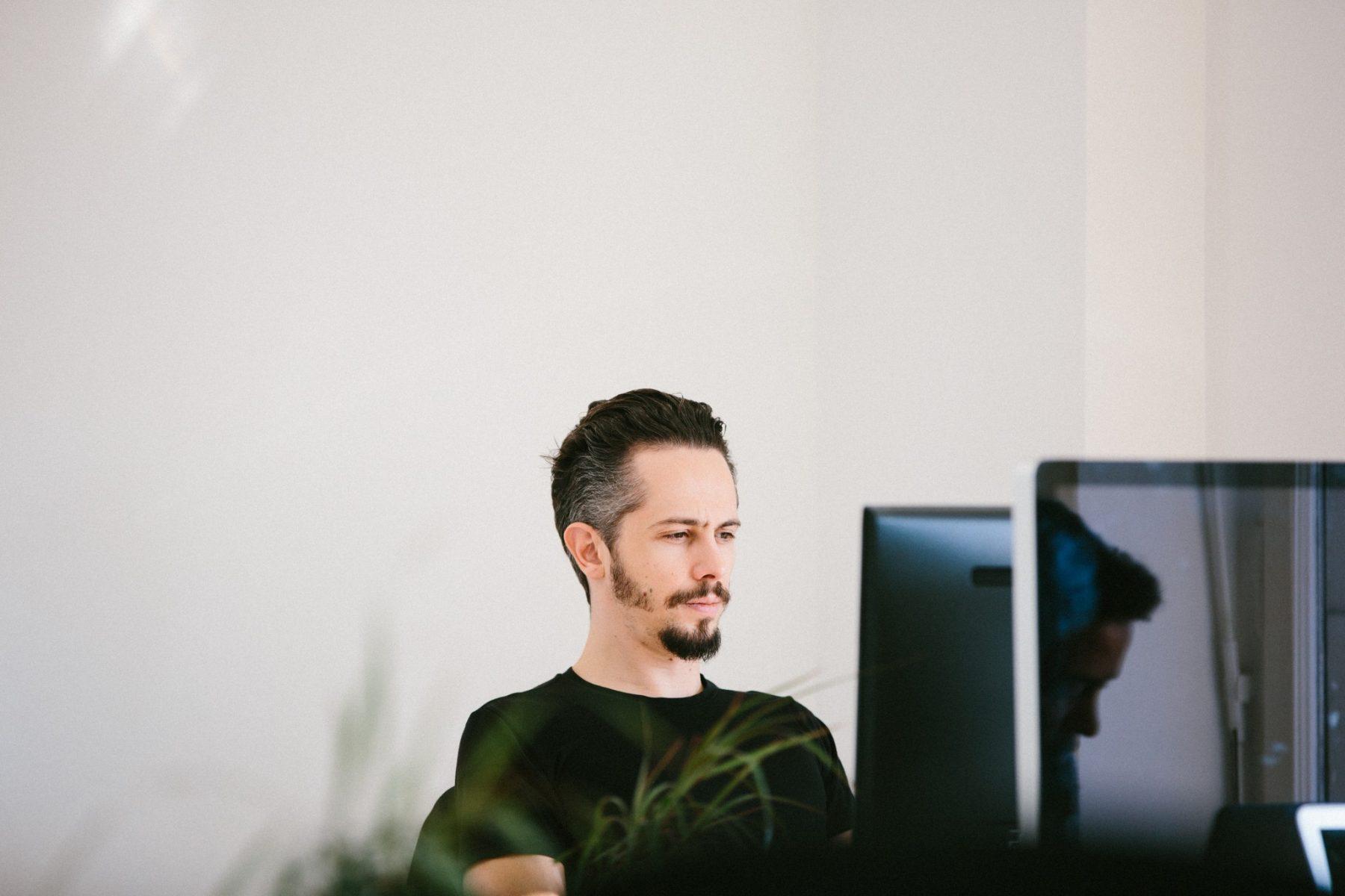 Yannick dans les bureaux de panorama coworking